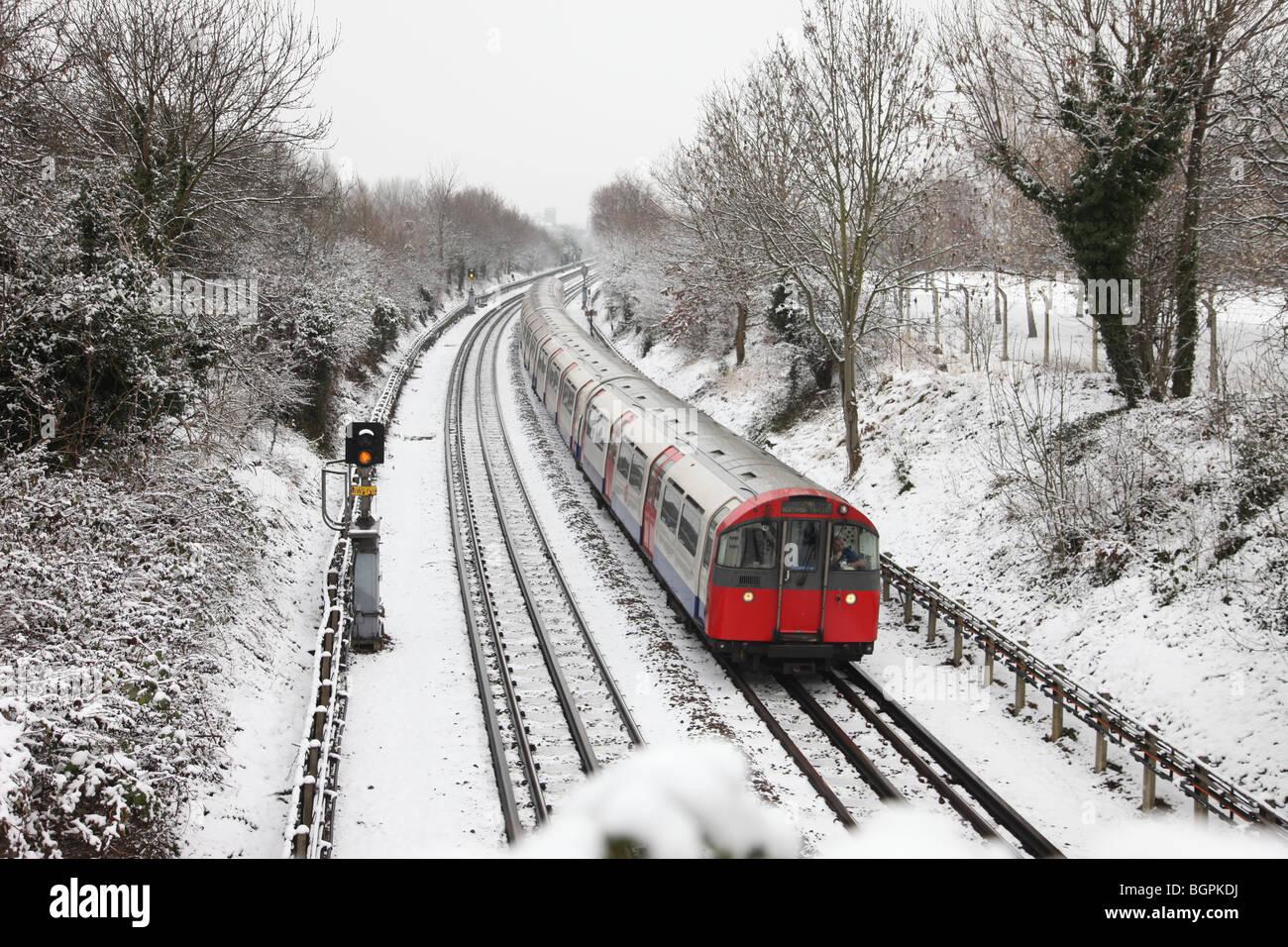 London Underground Tube train en scène couvert de neige Photo Stock