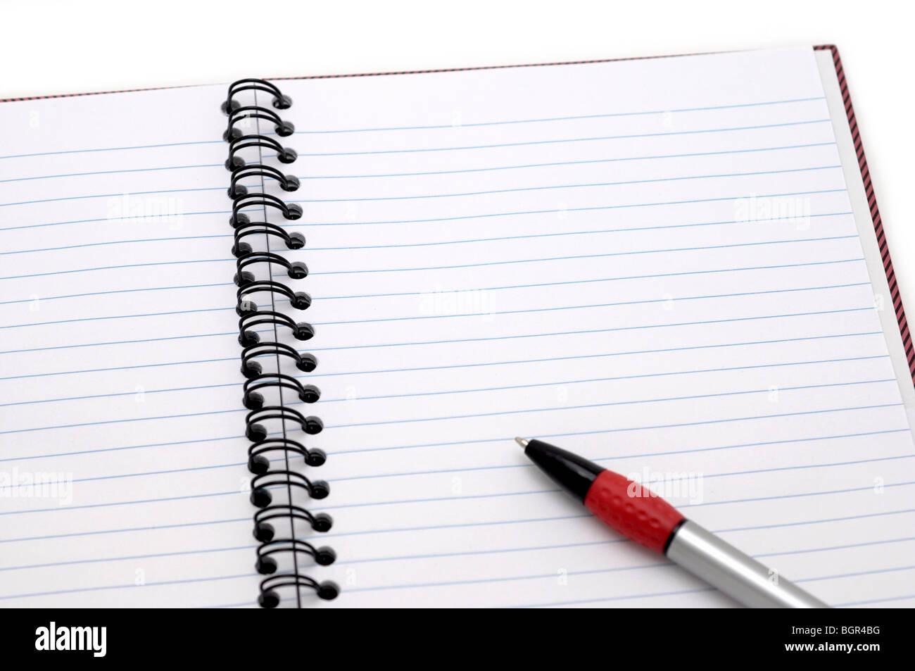 Bloc-notes avec stylo ouvert Banque D'Images