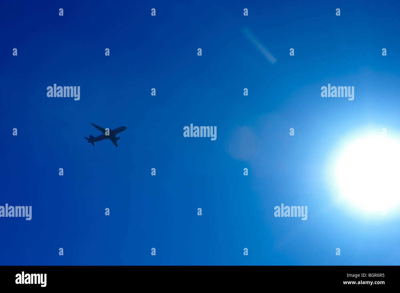 Avion de voler dans le soleil Photo Stock