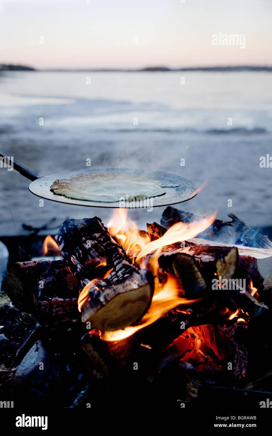 Crêpes faites sur feu ouvert Photo Stock
