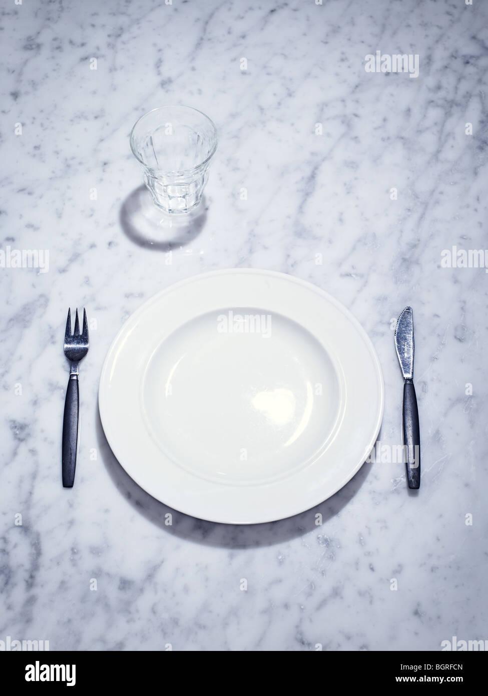 Une plaque de verre, et un ensemble de fourchette et cuillère, en Suède. Photo Stock