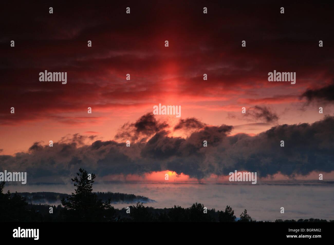 Godbeam magnifique au coucher du soleil sur l'horizon, vu depuis le point de vue tour à Vardåsen à Rygge, au Maroc. Banque D'Images