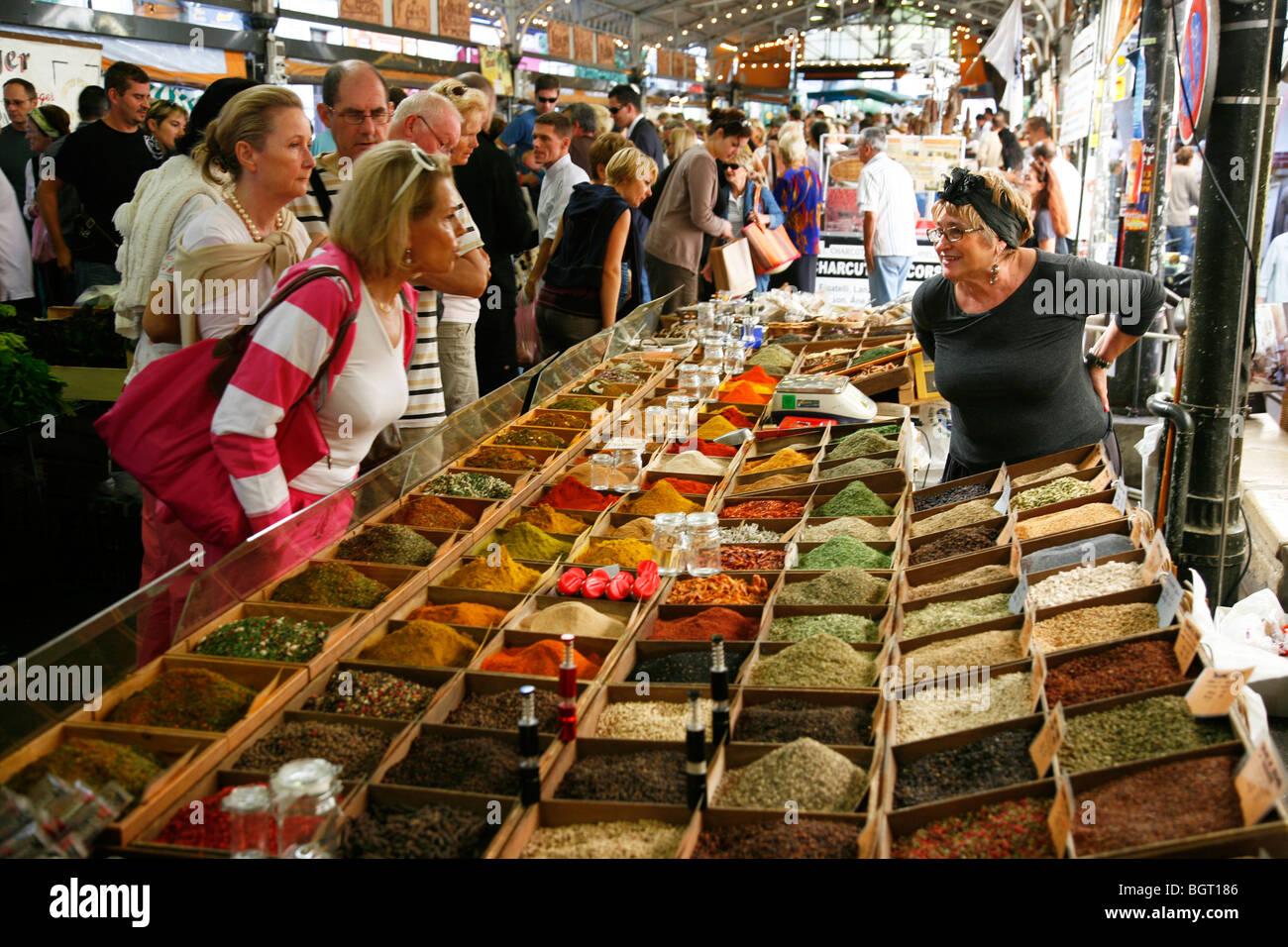 Blocage d'épices aux cours Massena marché dans la vieille ville, Antibes, Alpes Maritimes, Provence, Photo Stock