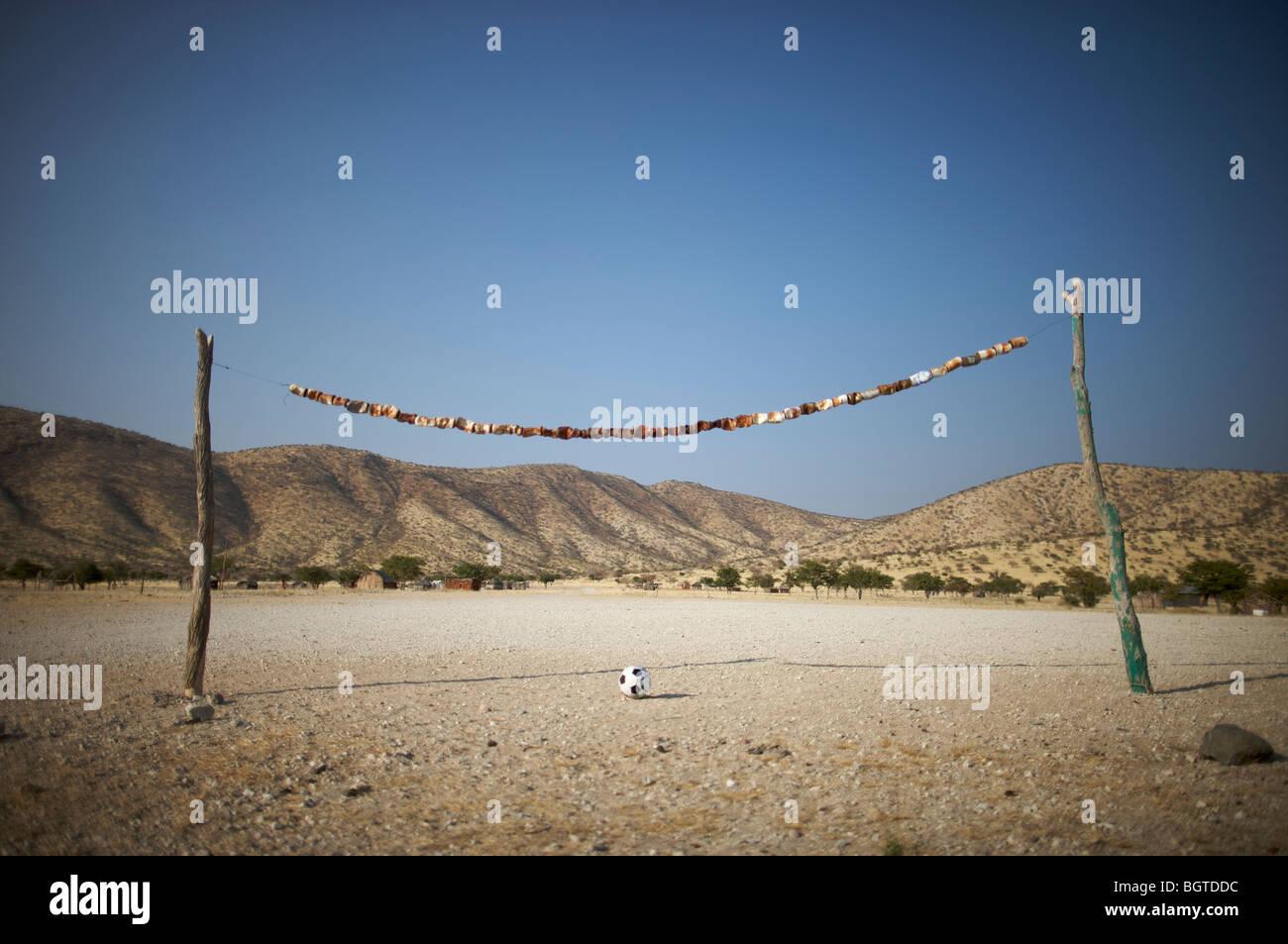 Terrain de soccer rural rustique faite de branches d'arbre et les canettes, Epupa Falls, Kaokoland, Namibie Photo Stock