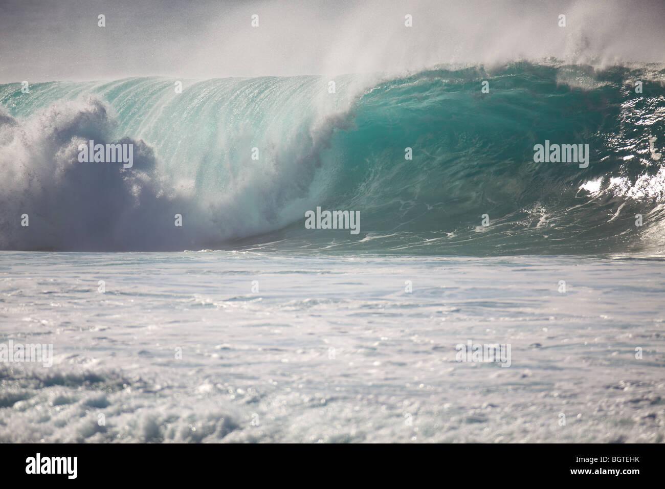 Une grande vague se casse à Waimea Bay, North Shore, Oahu, Hawaii Banque D'Images