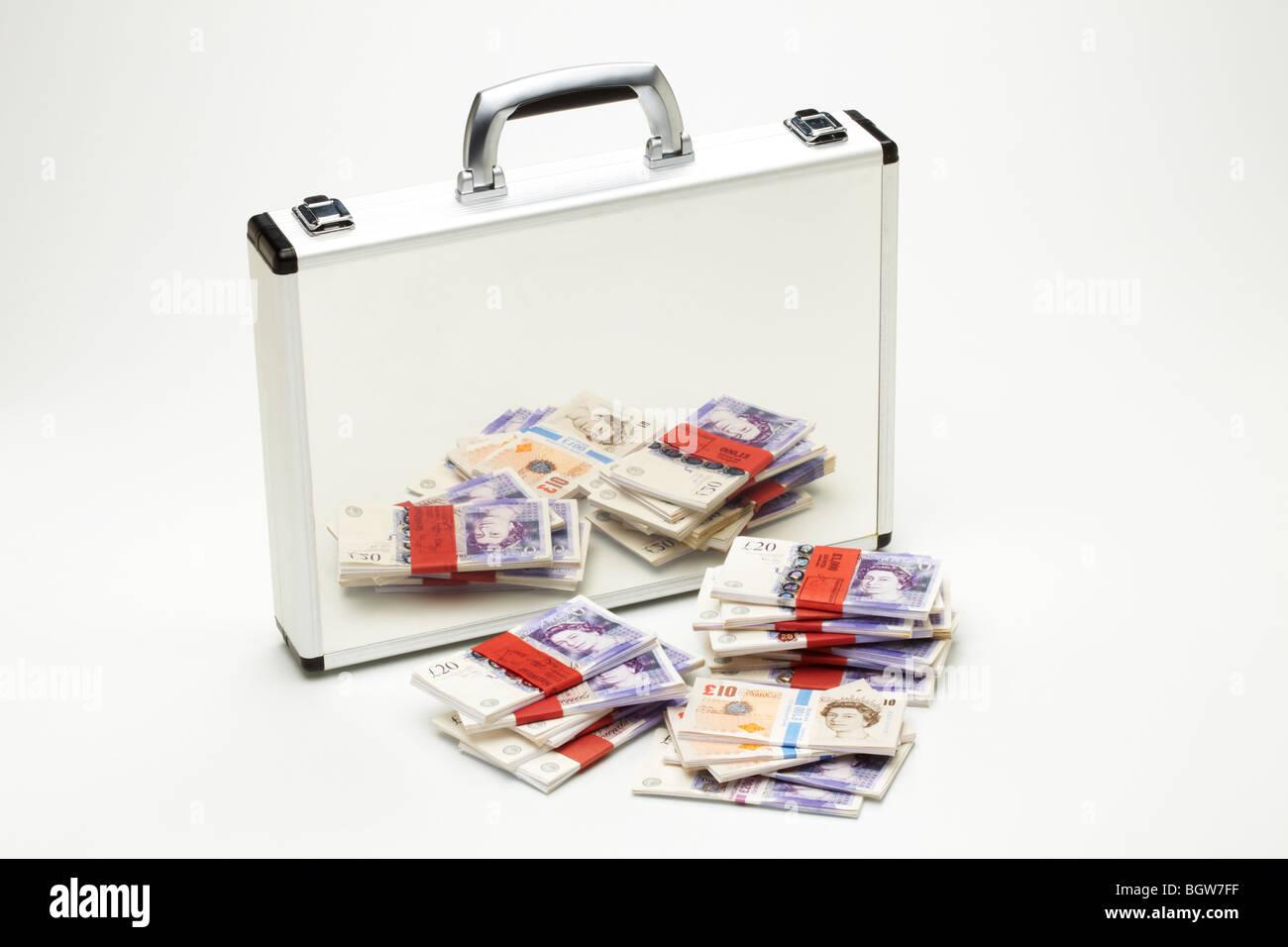 Des paquets de billets de banque des dizaines années 20 &reflétée dans l'argent bref cas Banque D'Images
