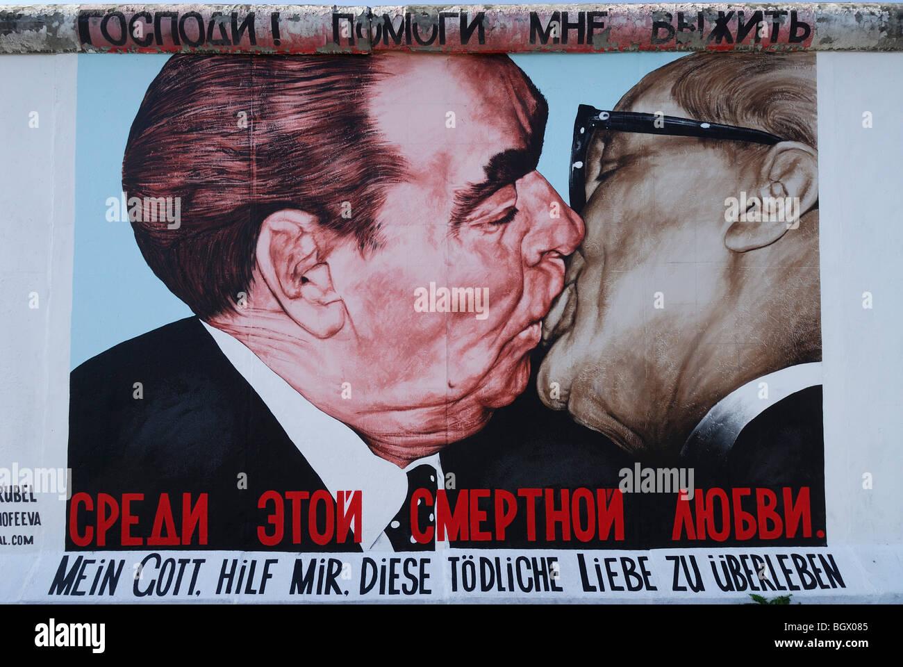 Berlin. L'Allemagne. La East Side Gallery. Caricature de Leonid Brejnev et Erich Honecker kissing par artiste Photo Stock