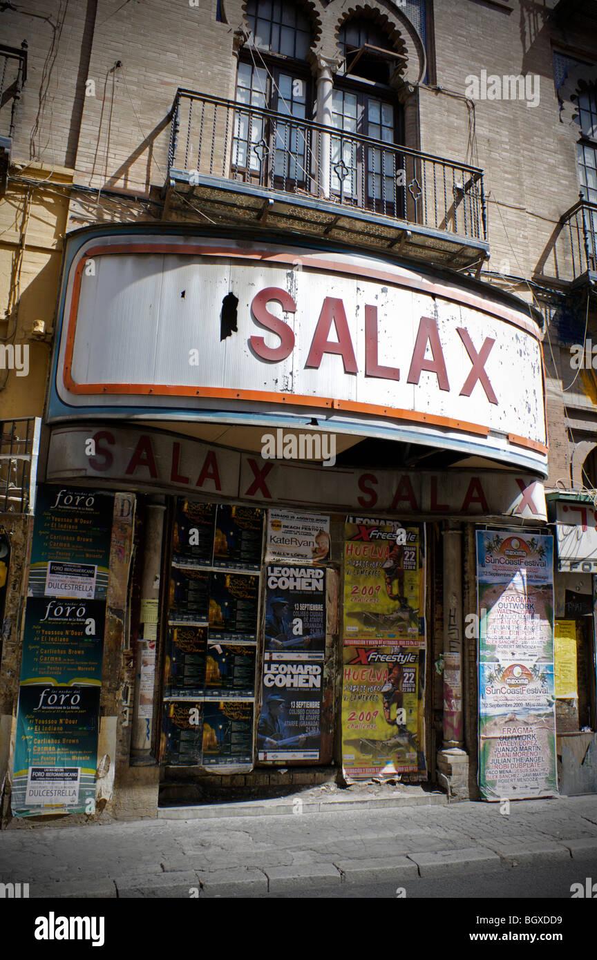 Cinéma fermé à Séville, Espagne décorée avec des concerts publicité posers Photo Stock