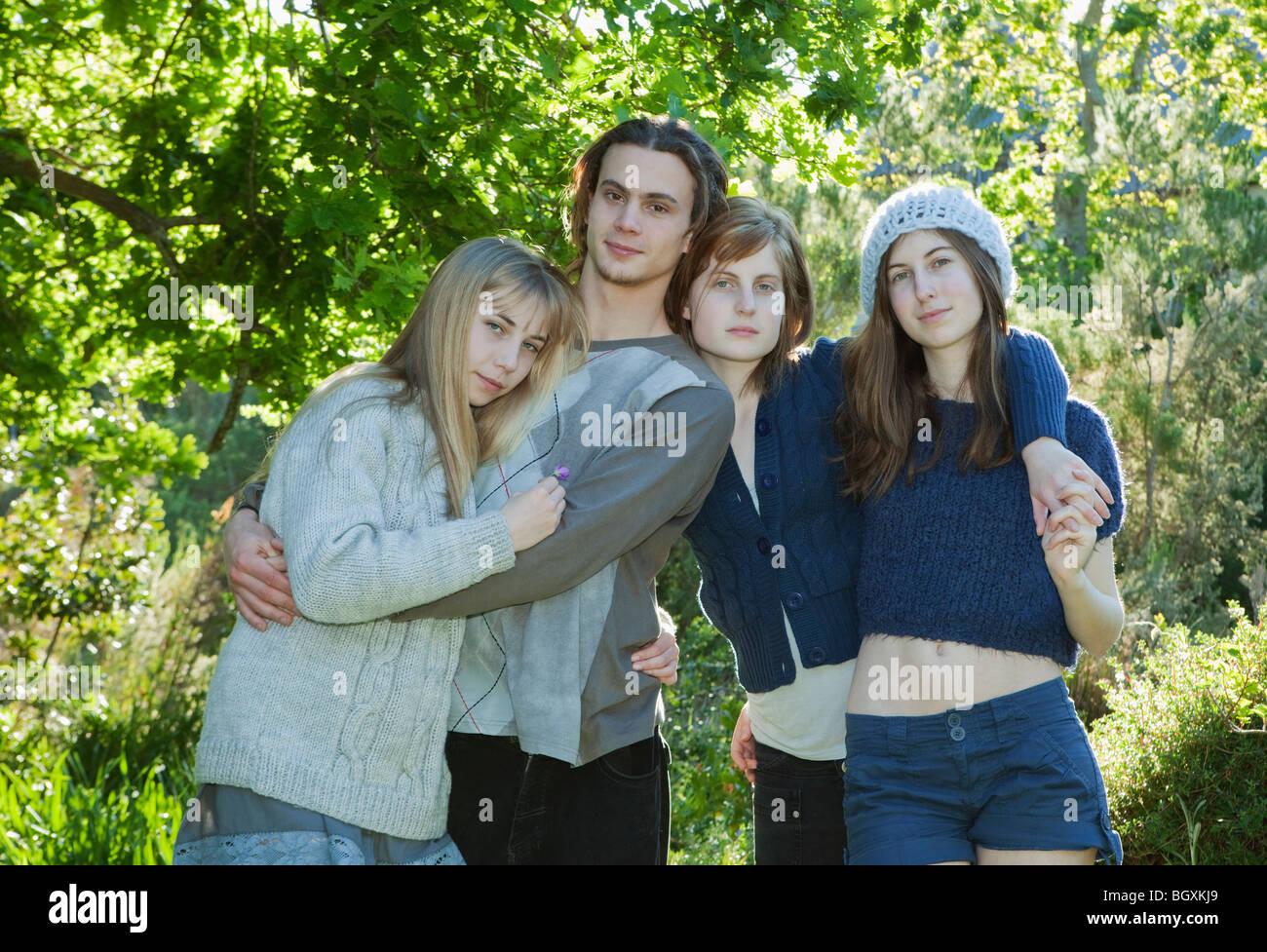 Les jeunes adultes avec les bras autour de l'autre Photo Stock