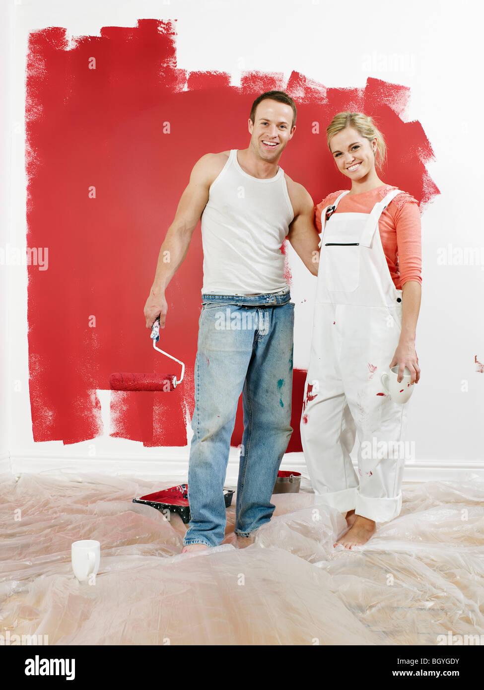 Couple in front of mur nouvellement peintes Photo Stock