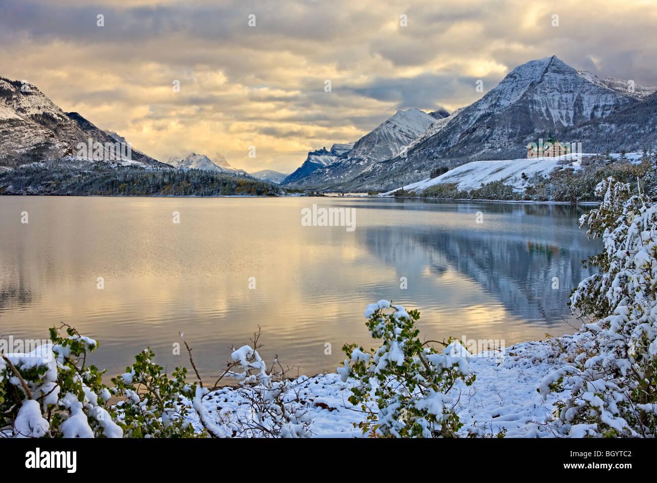 Prince de Galles Hotel surplombant le lac Waterton du Milieu après la première chute de neige de l'hiver, Photo Stock