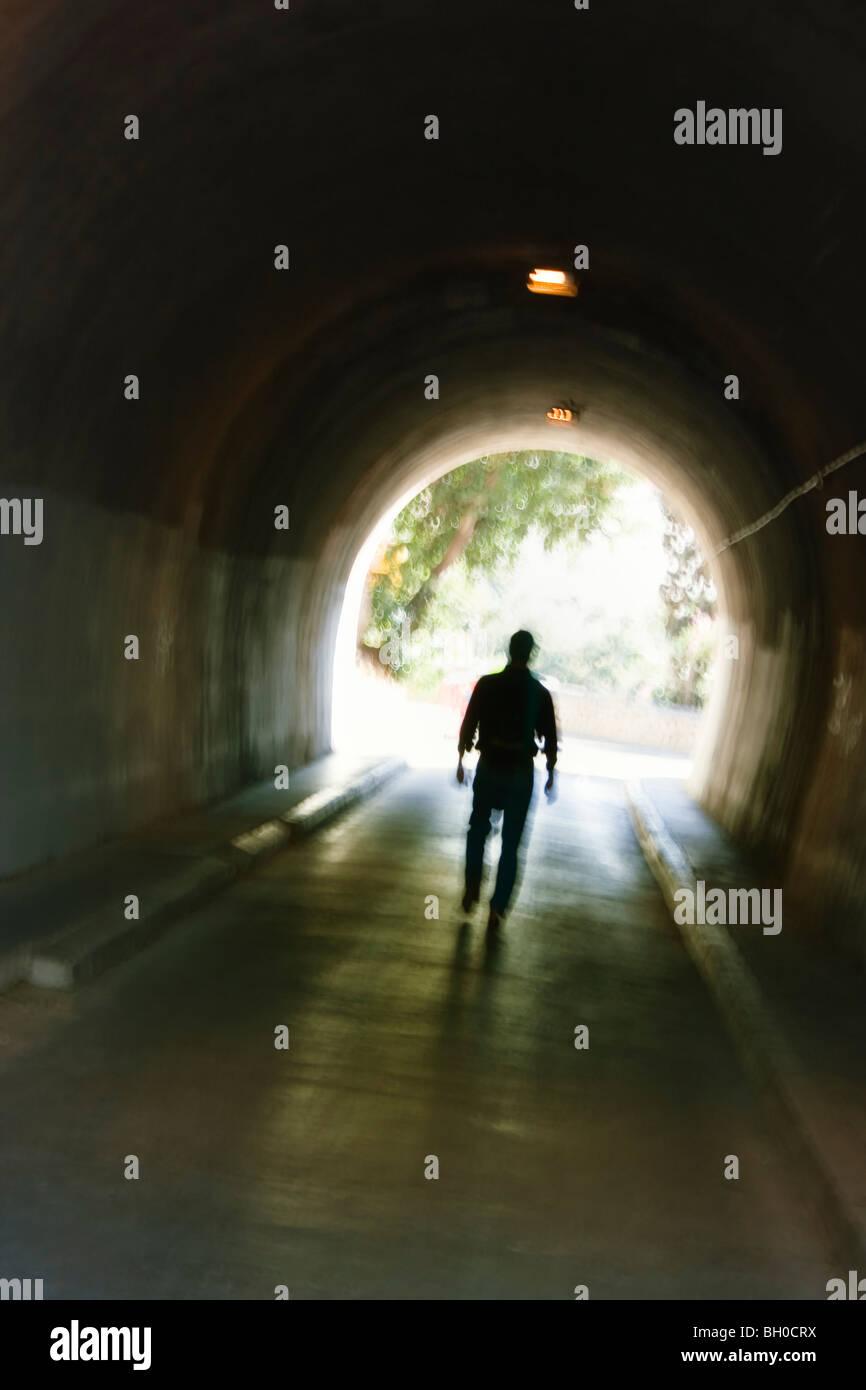 Figure masculine trouble mystérieux marcher dans le tunnel. Banque D'Images