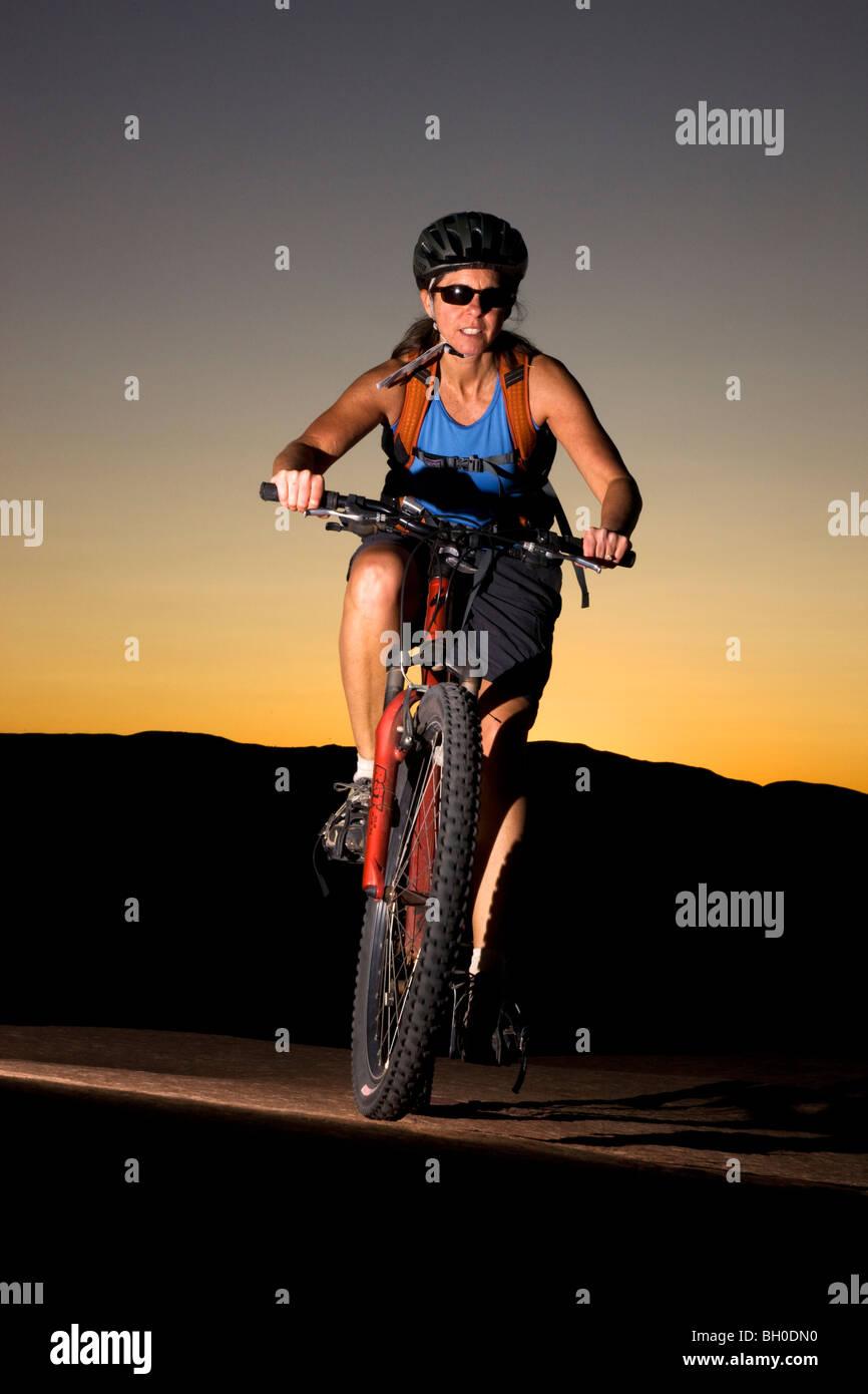 Randonnée cycliste le célèbre sentier Slickrock, Moab, Utah. (Modèle 1992) Photo Stock