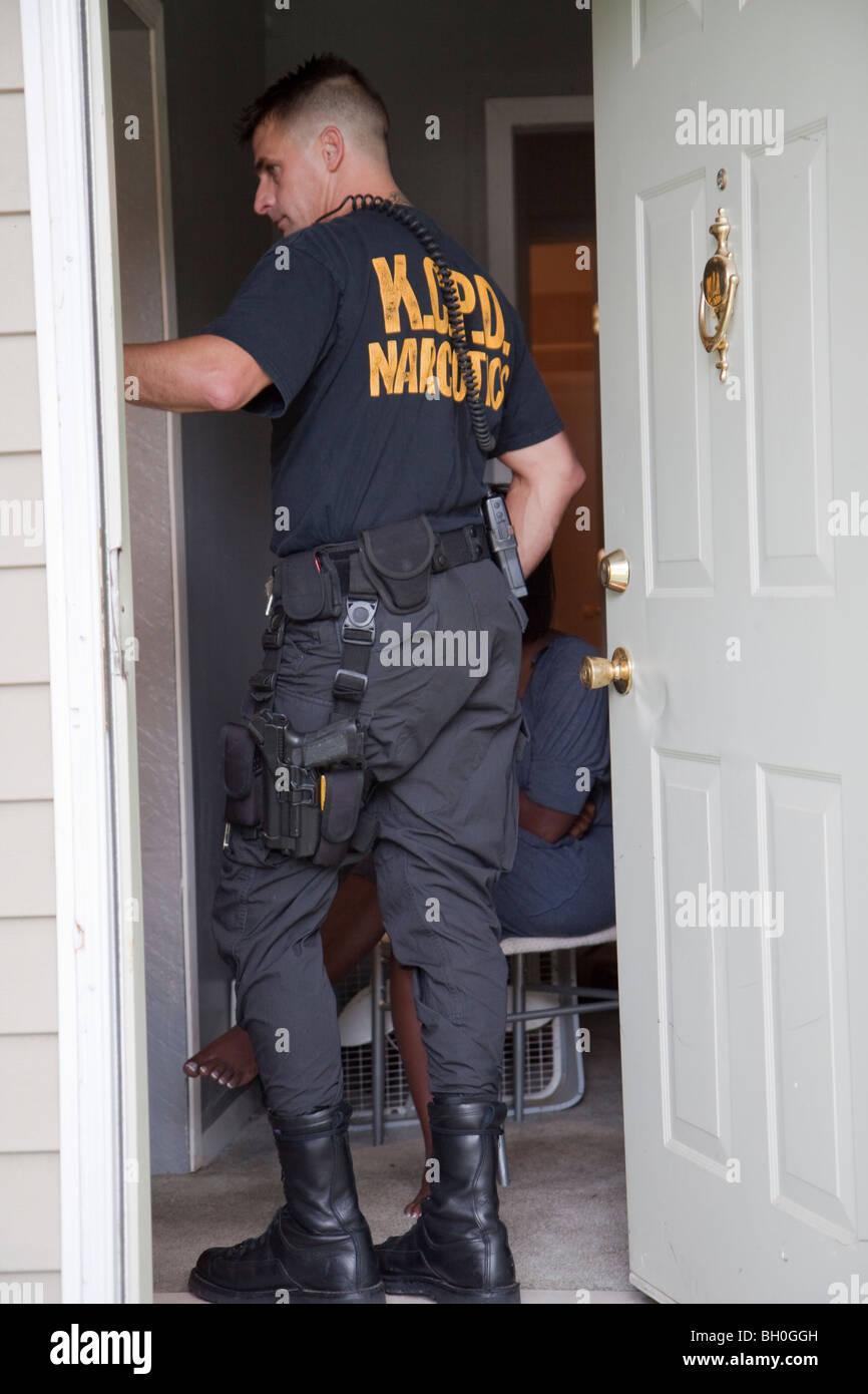 Sergent d'escouade tactique dans l'ouverture de la porte. Photo Stock