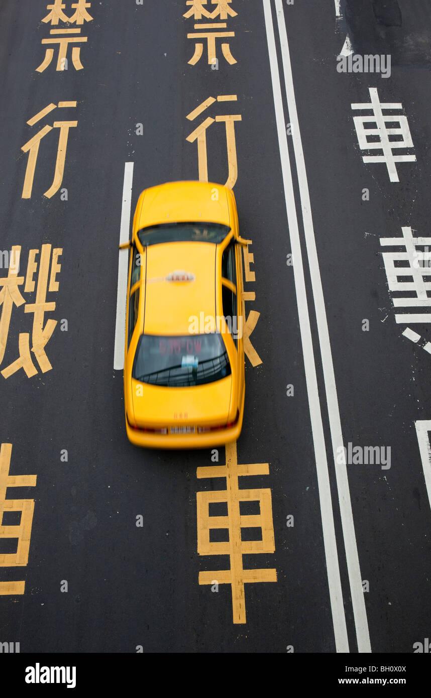 Taxi sur rue avec les caractères chinois, Taipei, Taïwan, l'Asie Photo Stock