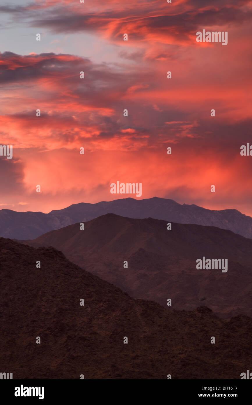 Coucher de soleil sur les montagnes de San Jacinto de Palm Desert et la vallée de Coachella, en Californie. Photo Stock