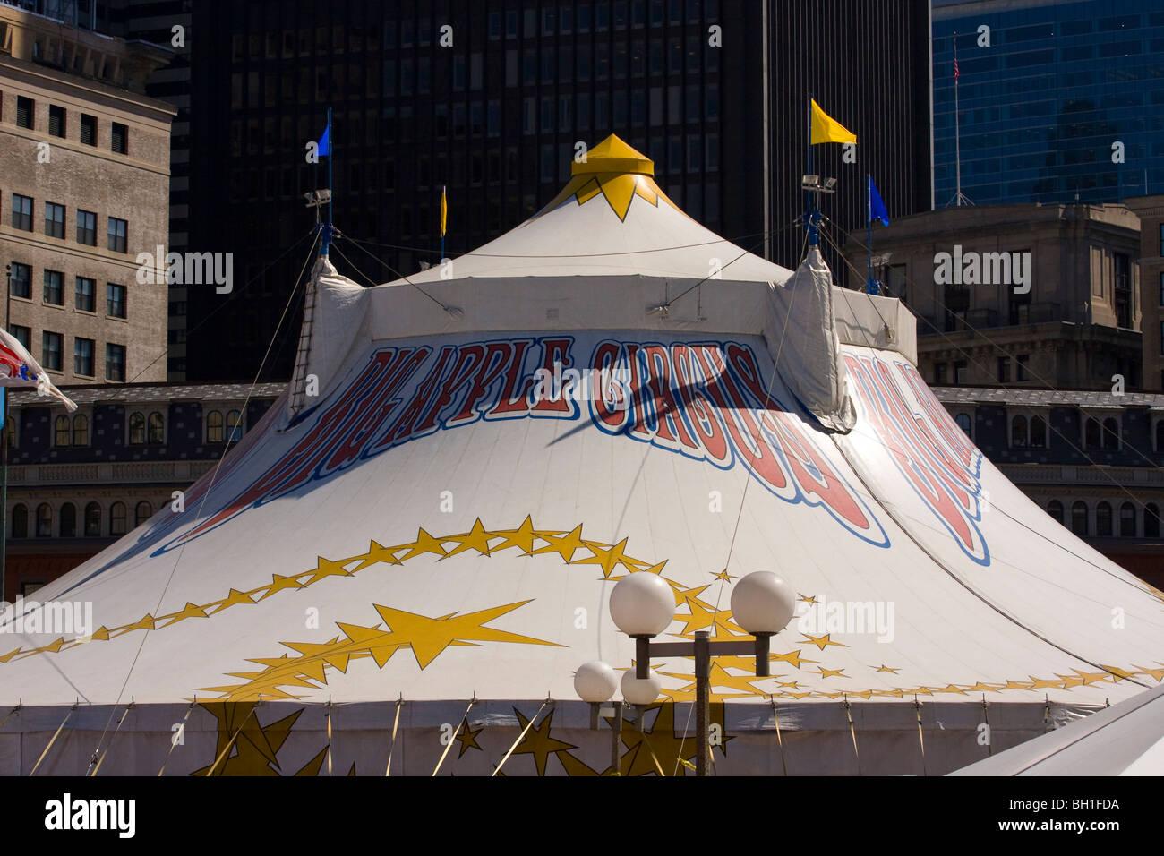 Big Apple tente de cirque parmi les gratte-ciel à Government Center, Boston, Massachusetts. Photo Stock