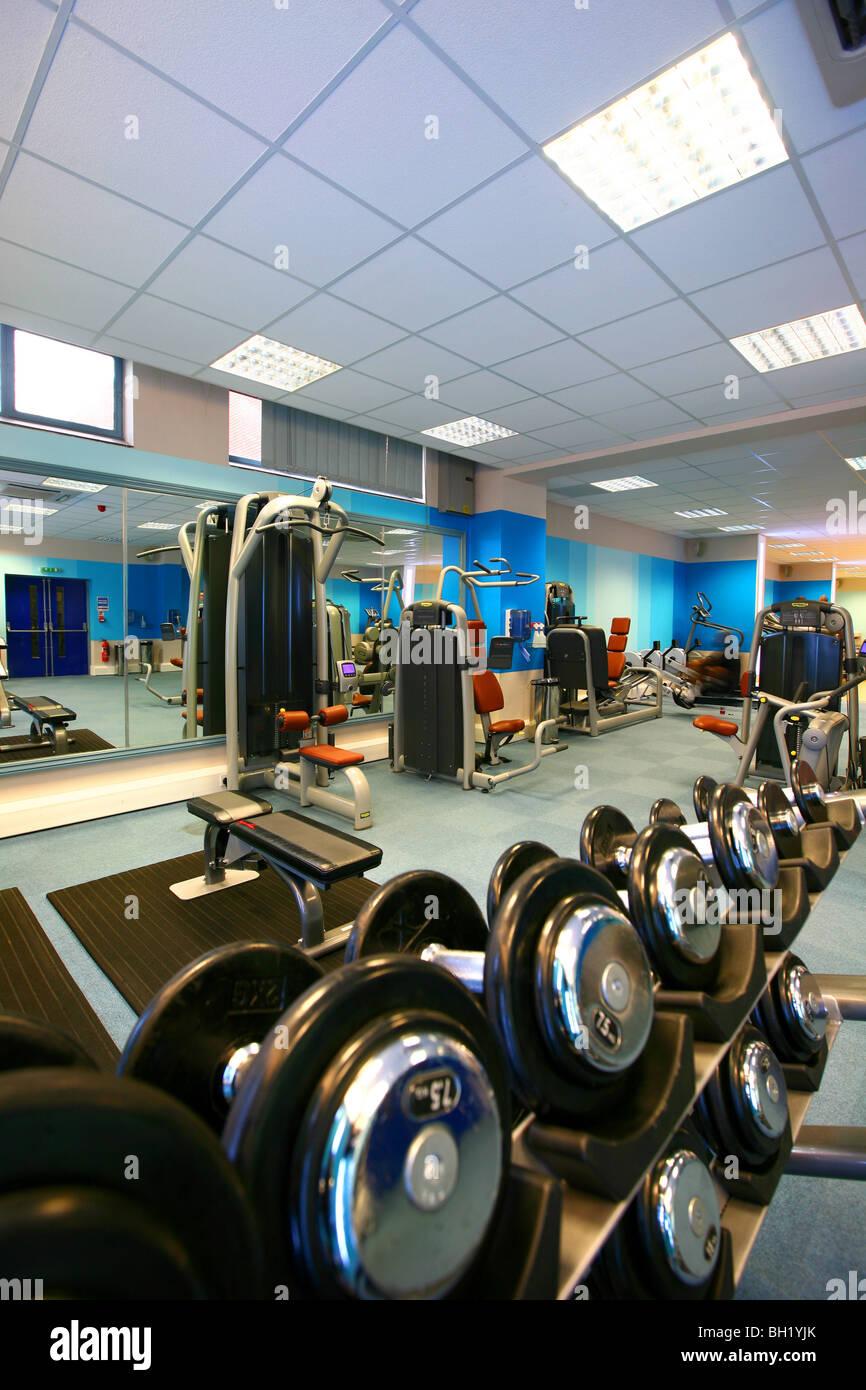 Salle de fitness avec appareils d'exercice divers Photo Stock