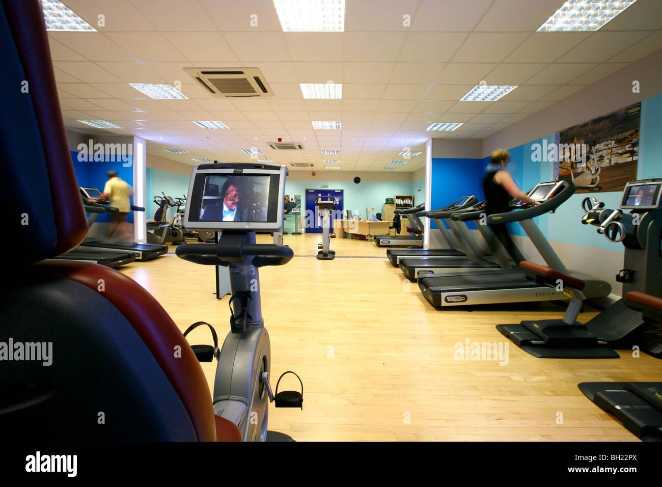 Une salle de sport moderne avec divers équipement d'exercice Photo Stock