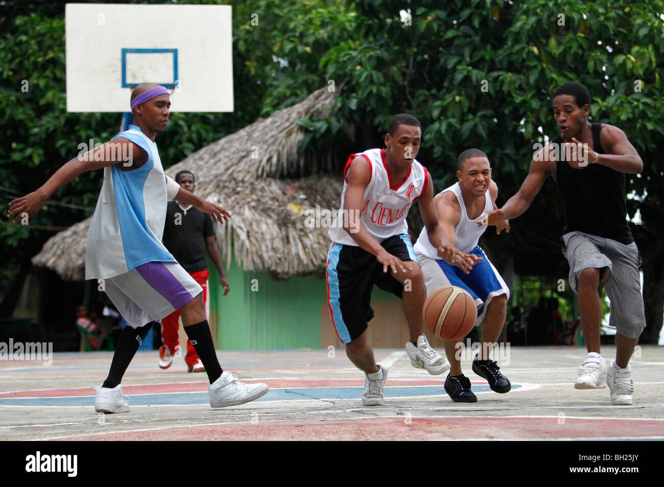 Match de basket-ball de voisinage, Bahoruco, République Dominicaine Photo Stock