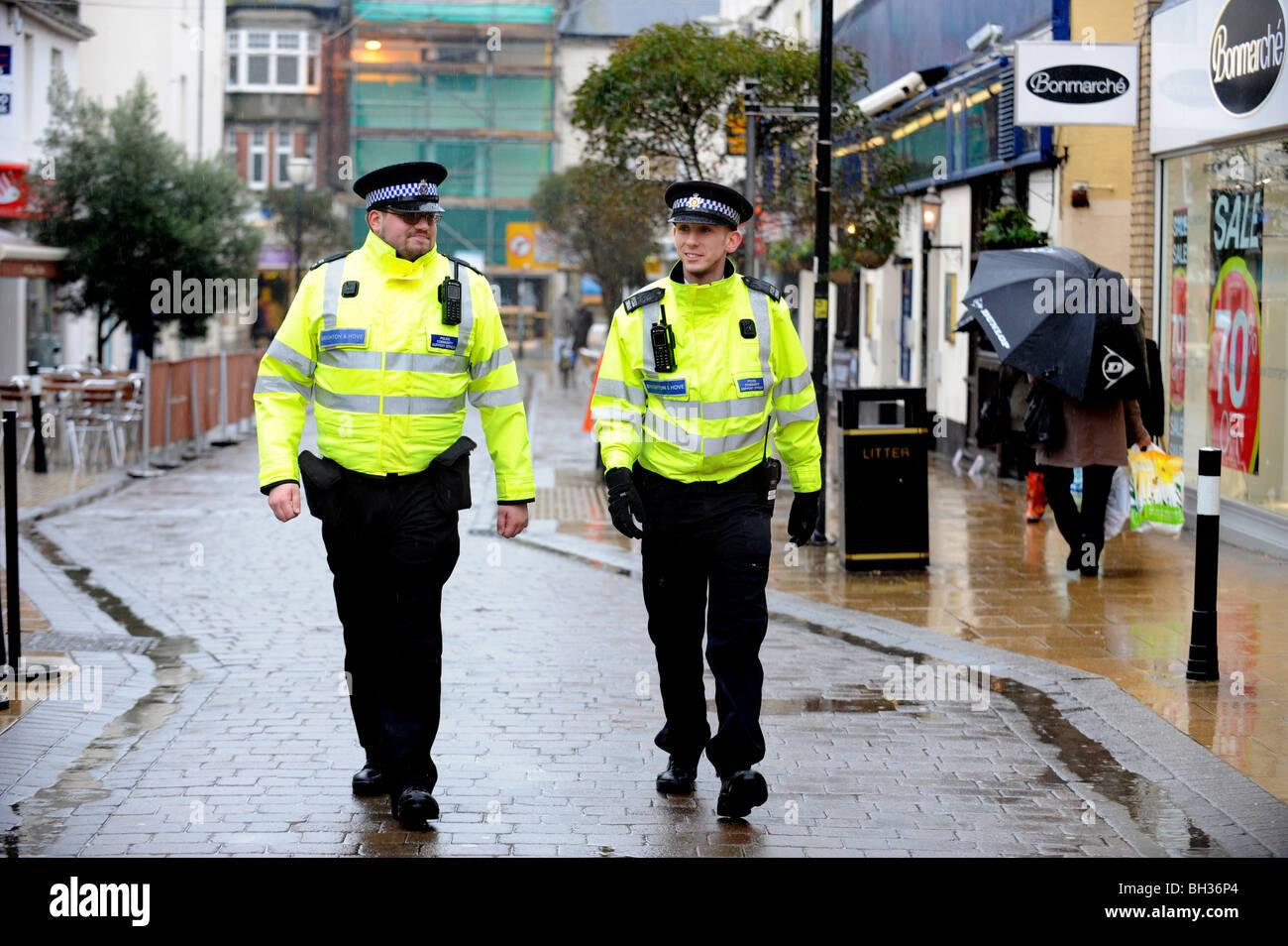 Deux officiers de police de soutien communautaire à pied sur leurs battements de George St Hove Photo Stock