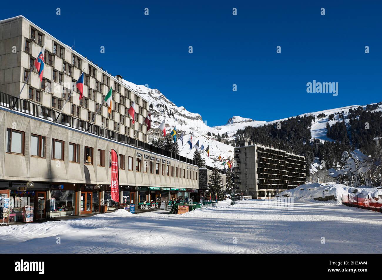 Des appartements, des magasins et restaurants à Flaine Forum, Flaine, Grand Massif, Haute Savoie, Région Photo Stock