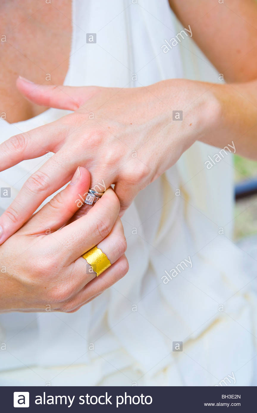 Close-up de mariée de mettre sur la bague de mariage Photo Stock