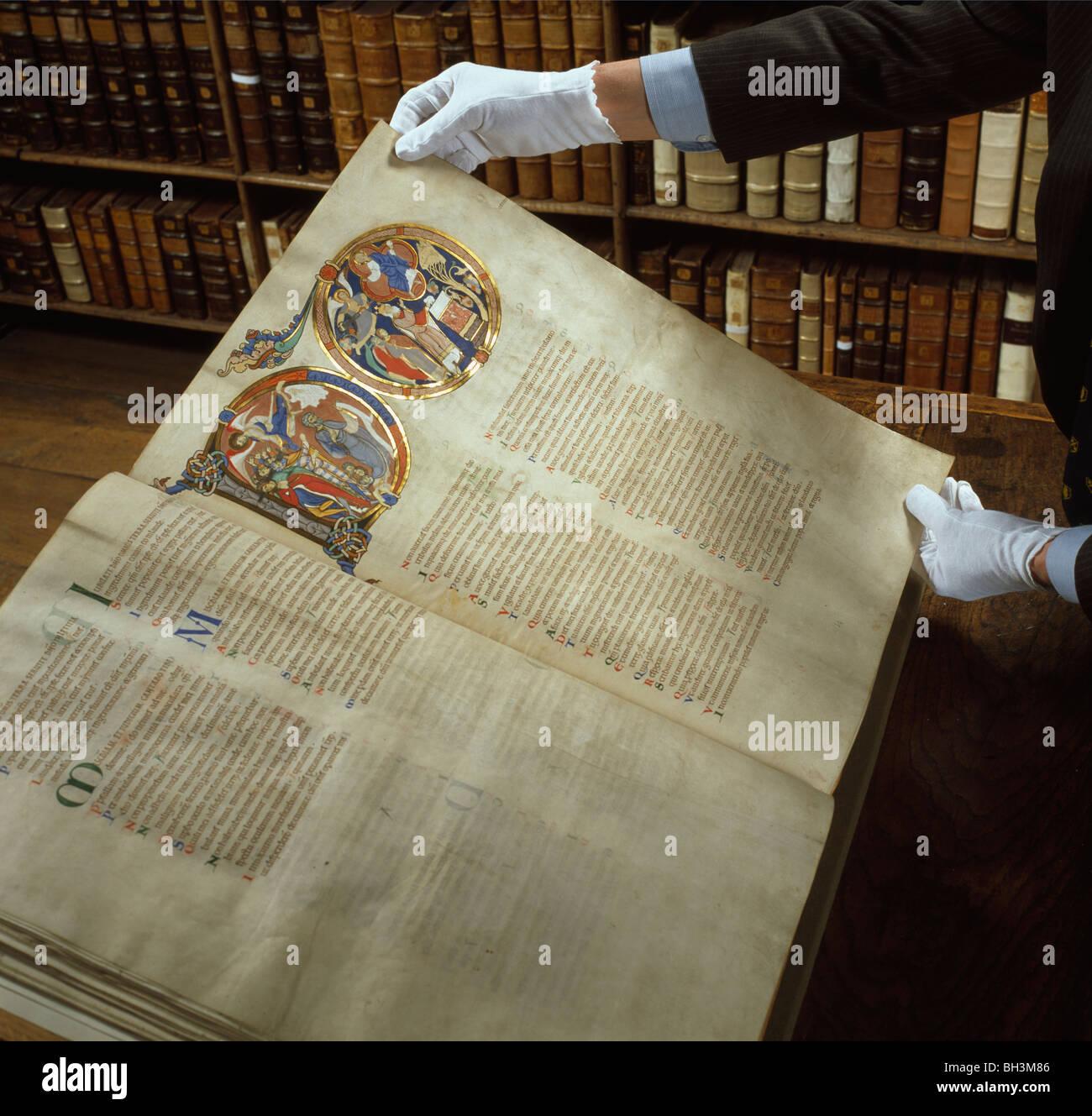 La cathédrale de Winchester, Hampshire. 12e siècle Winchester Bible, illustrée par les moines. Dans la bibliothèque de Morely. Banque D'Images