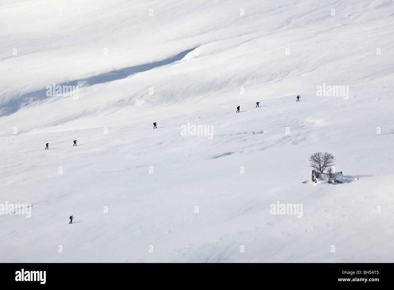 Un groupe de randonneurs en raquettes balade en ligne en hiver (d'Auvergne). Groupe de randonneurs se déplaçant Photo Stock