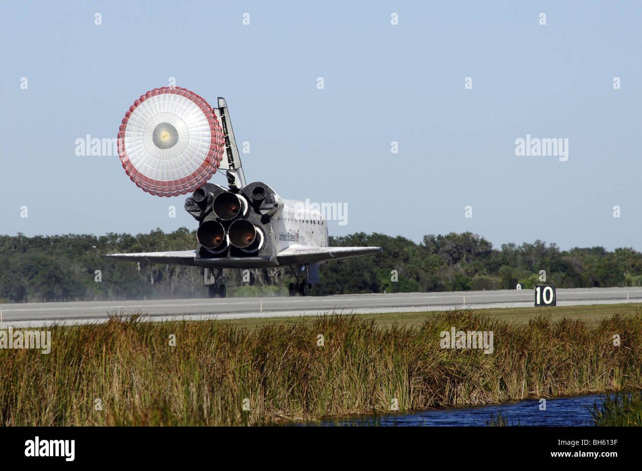 La navette spatiale Atlantis se déploie sa chute glisser lors de l'atterrissage au Centre spatial Kennedy, Photo Stock