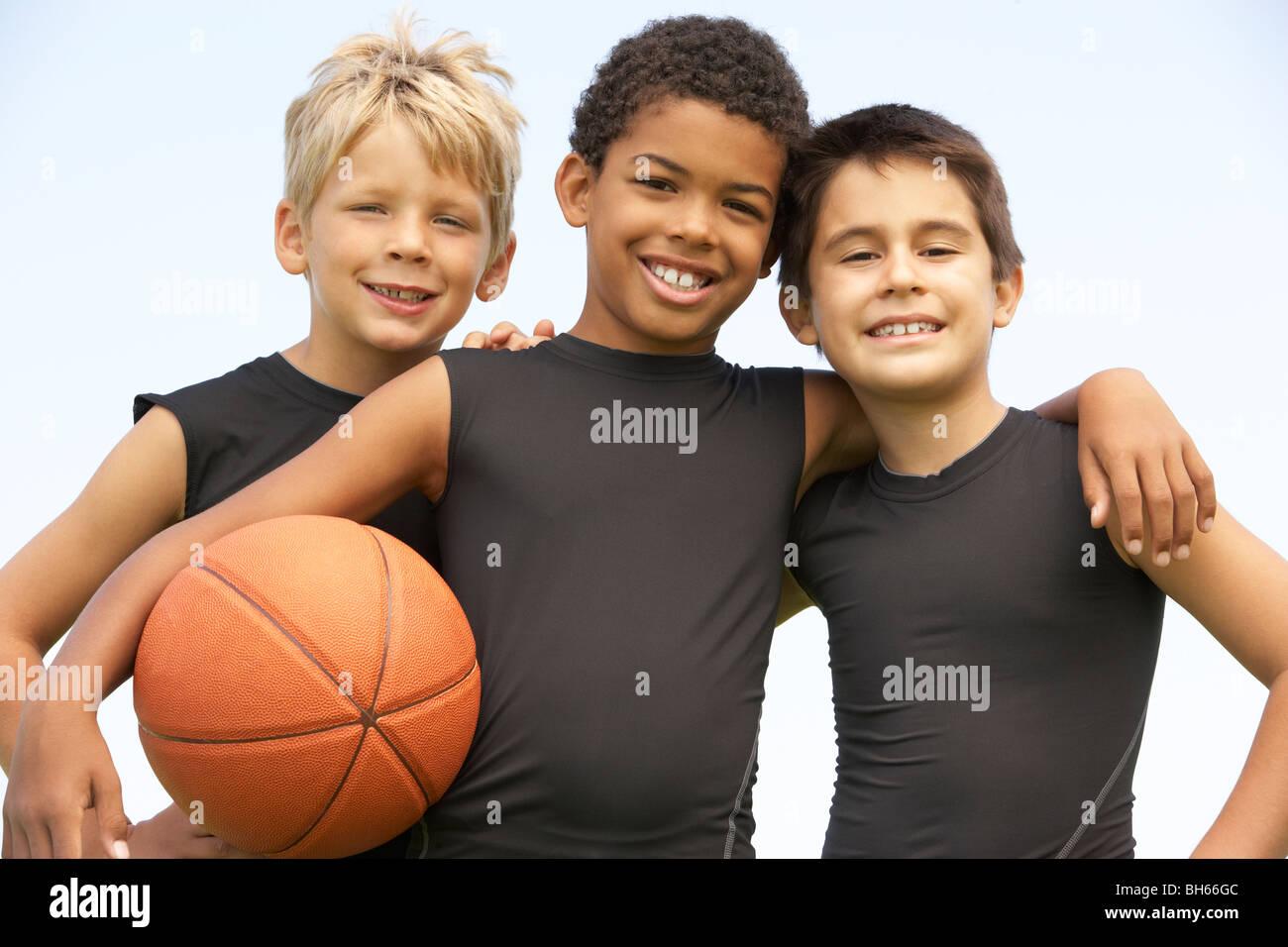 Les jeunes garçons dans l'équipe de basket-ball Photo Stock