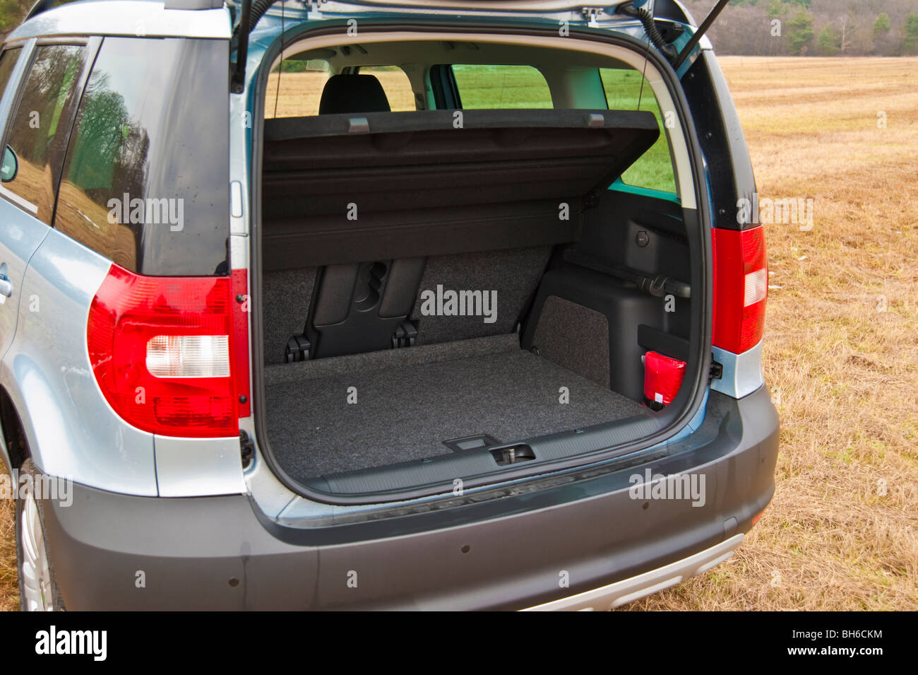 boot tronc coffre bagages mod le 2010 suv skoda yeti banque d 39 images photo stock 27801192. Black Bedroom Furniture Sets. Home Design Ideas