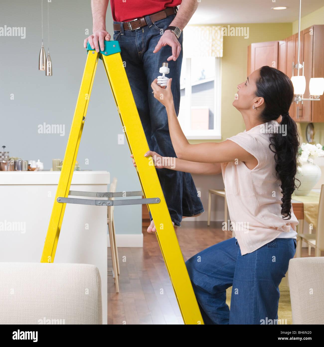 Femme Homme aidant avec les améliorations à la maison Photo Stock