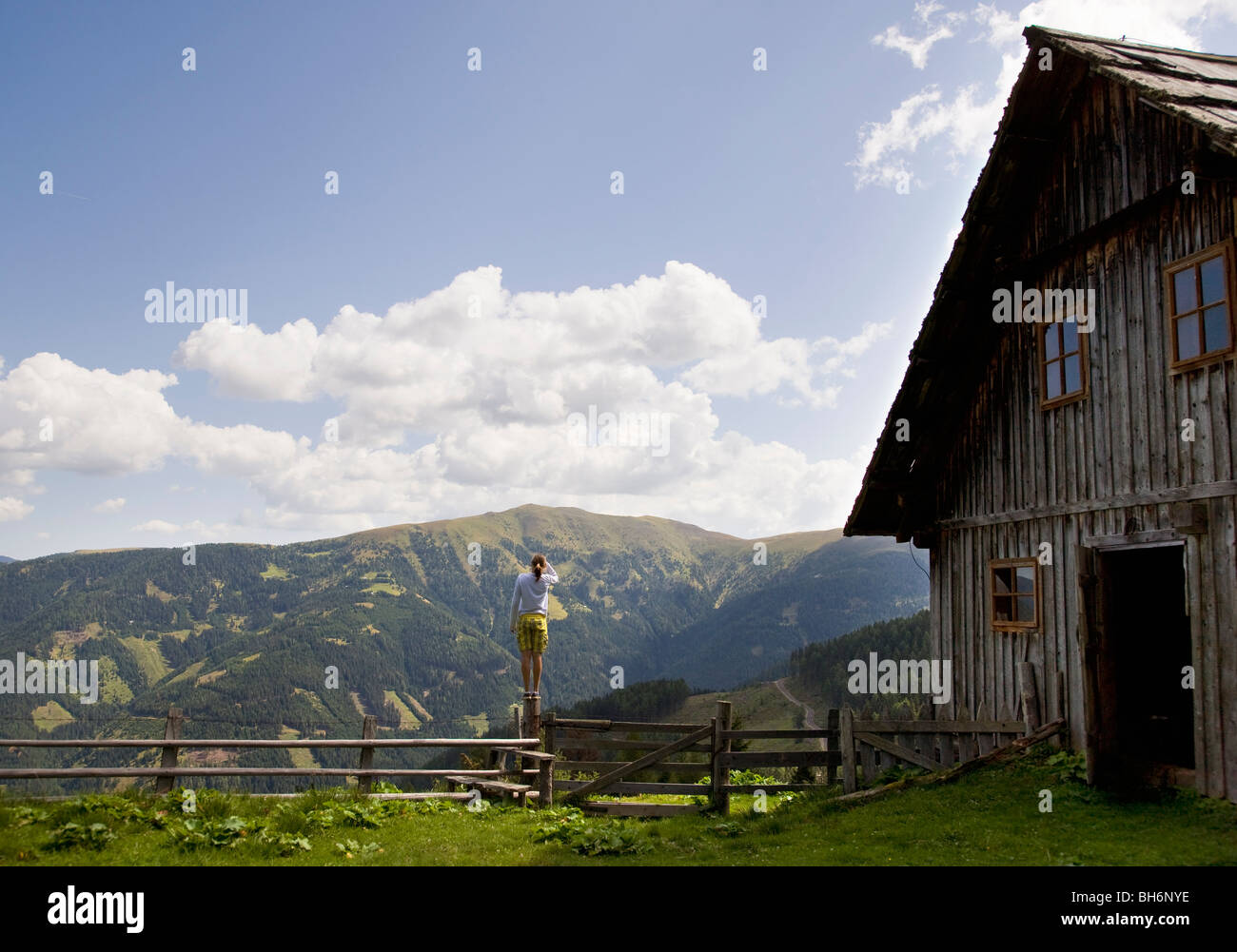 Girl sur perche dans les montagnes Photo Stock