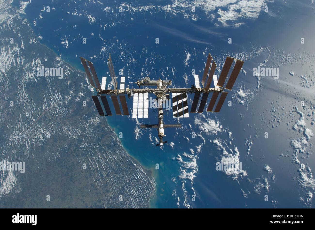25 novembre 2009 - La Station spatiale internationale en orbite au-dessus de la Terre. Photo Stock