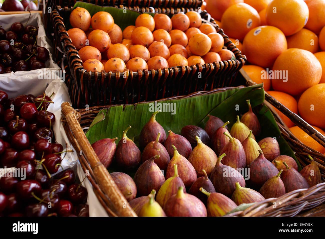 Les fruits tropicaux exotiques à l'épicerie Photo Stock