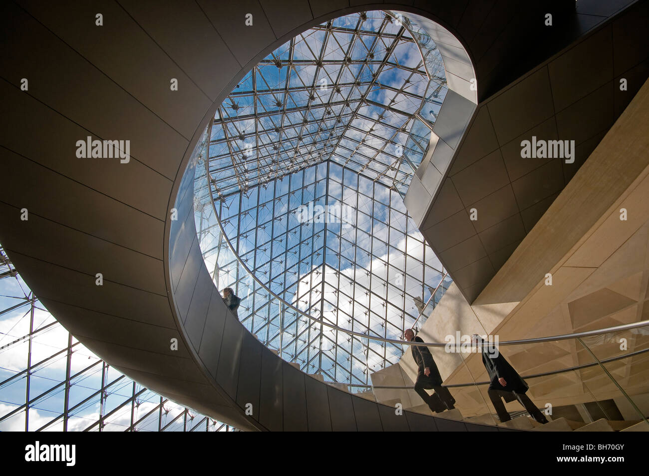 Pyramide du Louvre France paires Escaliers Photo Stock