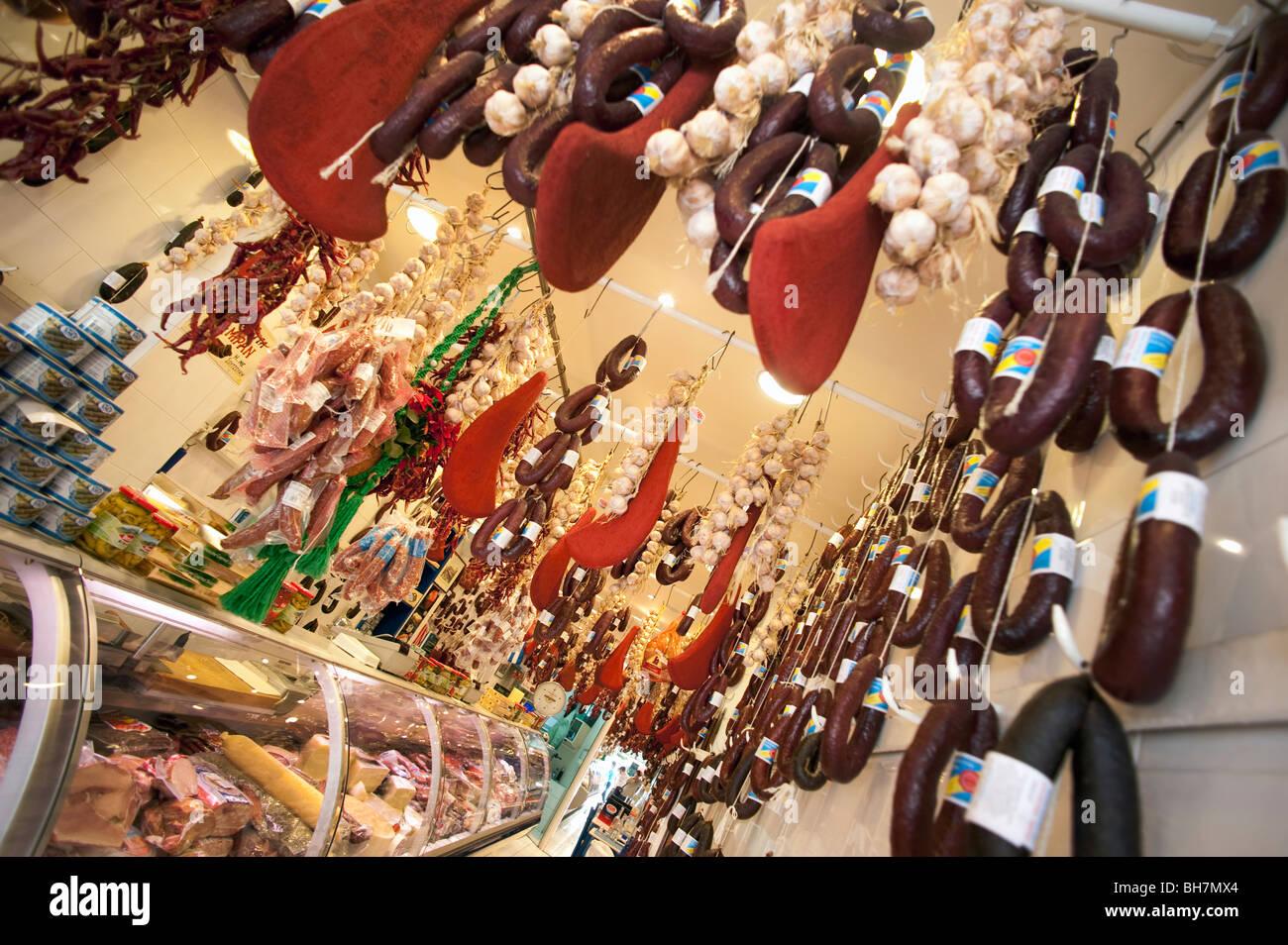 La pendaison des saucisses et jambons, une boutique gastronomique, Athènes, Grèce. Photo Stock