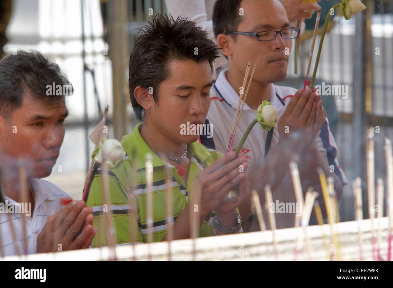 Le culte à un temple bouddhiste, la Thaïlande Photo Stock
