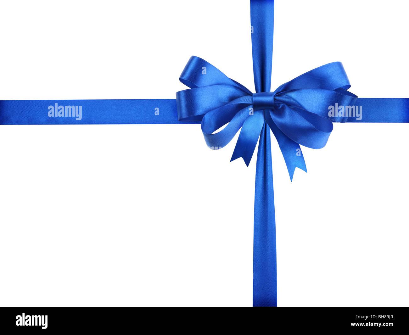 Ruban bleu avec un arc comme un cadeau sur un fond blanc Photo Stock