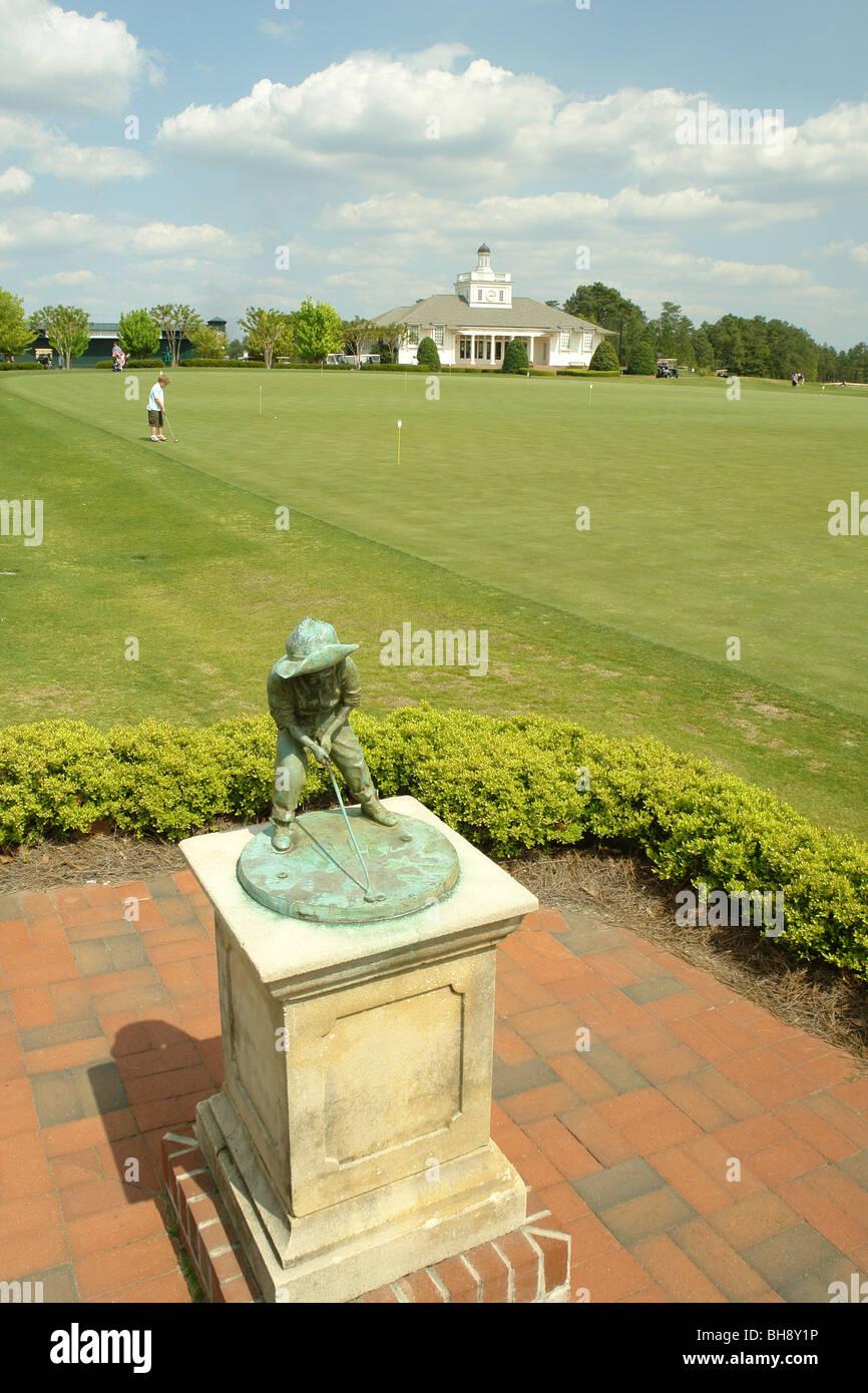 AJD64300, Pinehurst, Caroline du Nord, Caroline du Nord, Pinehurst Country Club, Resort & Golf Club, Statue Garçon Banque D'Images
