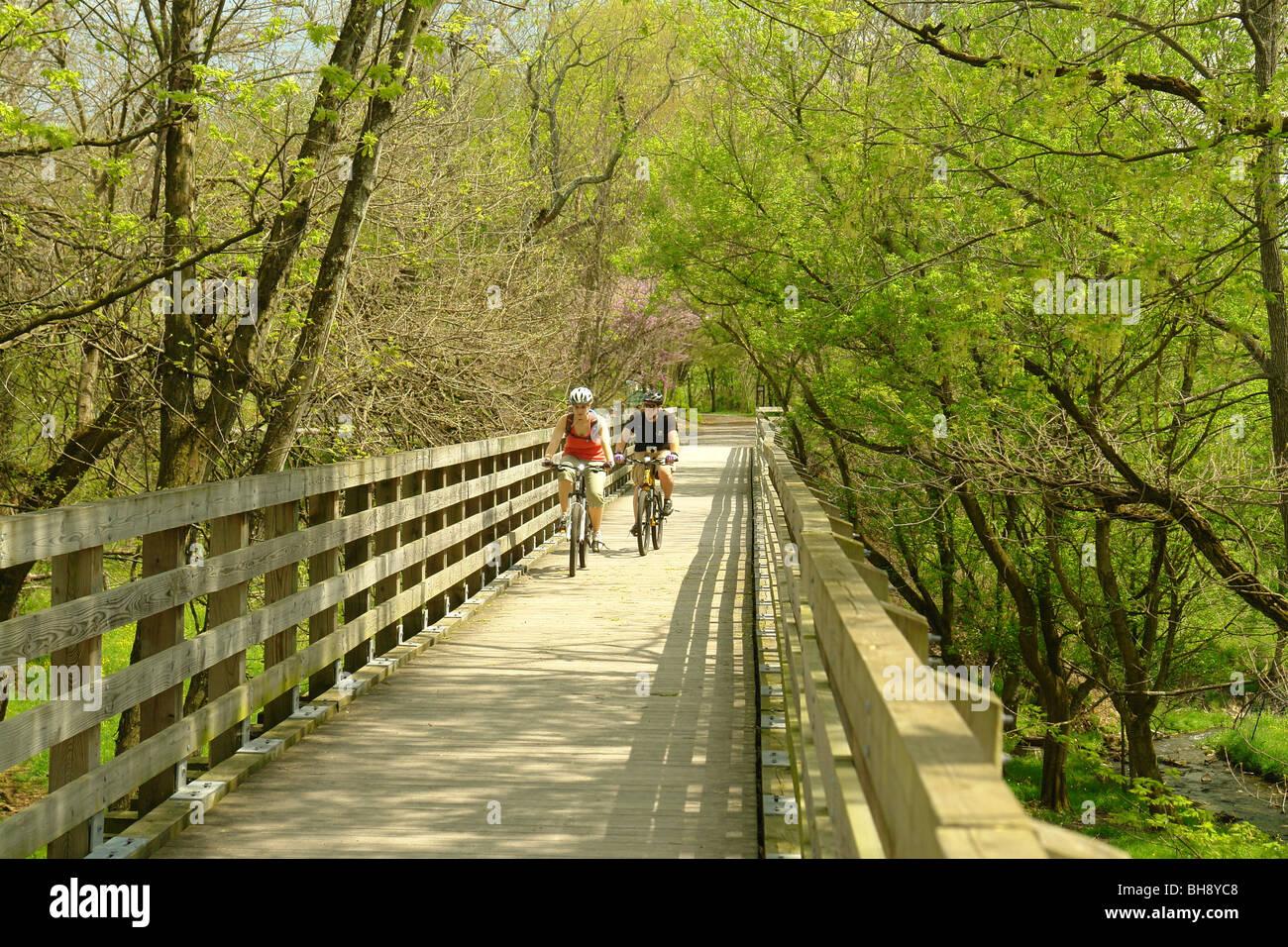 AJD64378, Abingdon, VA, Virginie, la Virginia creeper Trail, couple cycliste, Train Trestle Bridge, Banque D'Images
