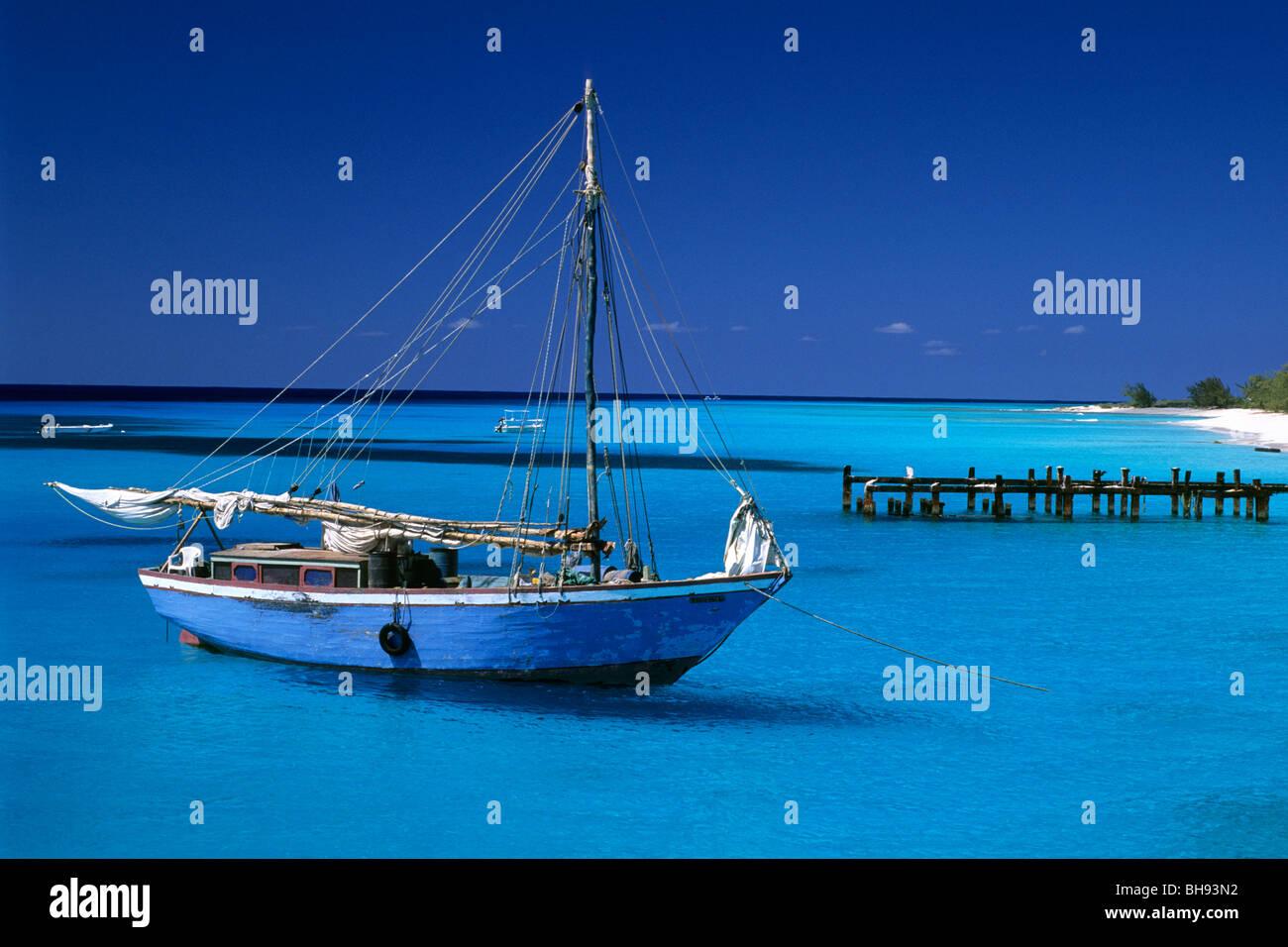 Bateau dans le lagon turquoise, Caraïbes, Iles Turques et Caïques Photo Stock