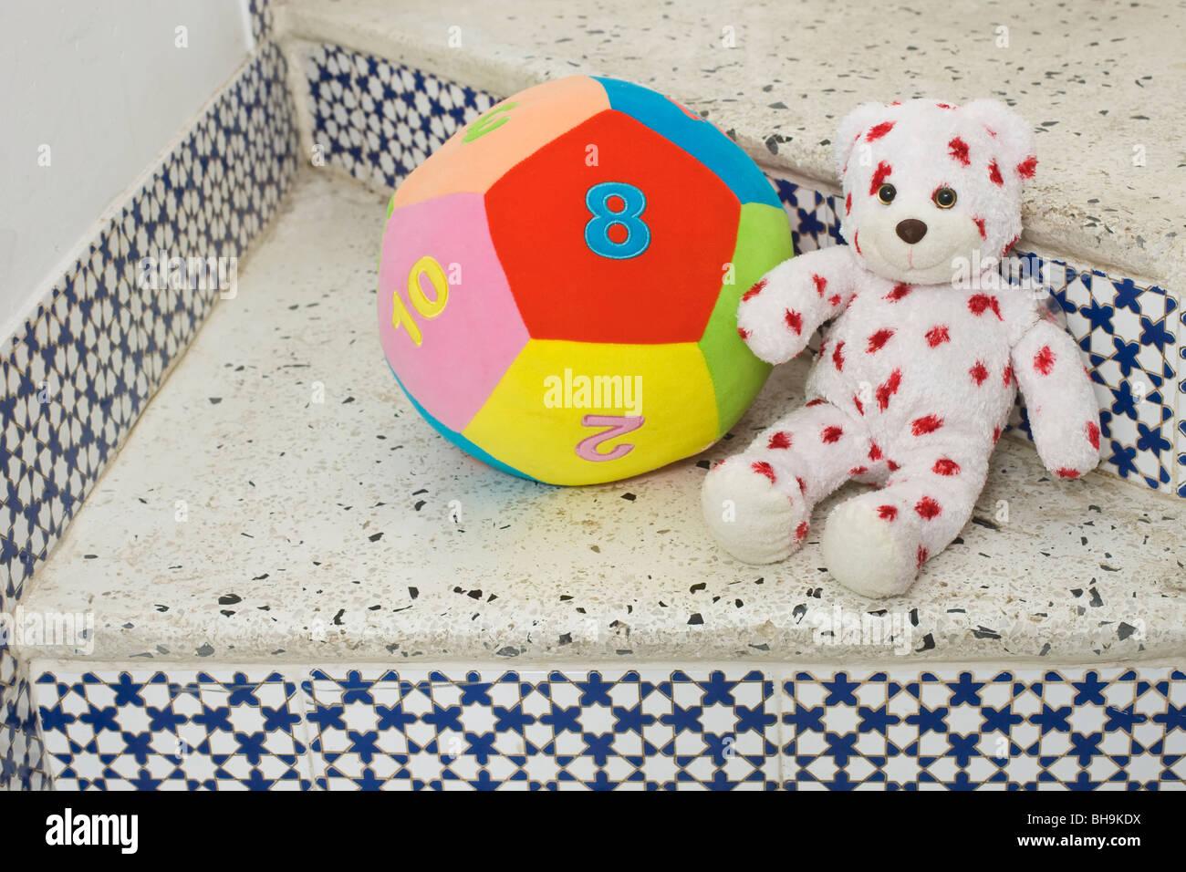L'enfant l'ours en peluche et jouets balle molle Photo Stock