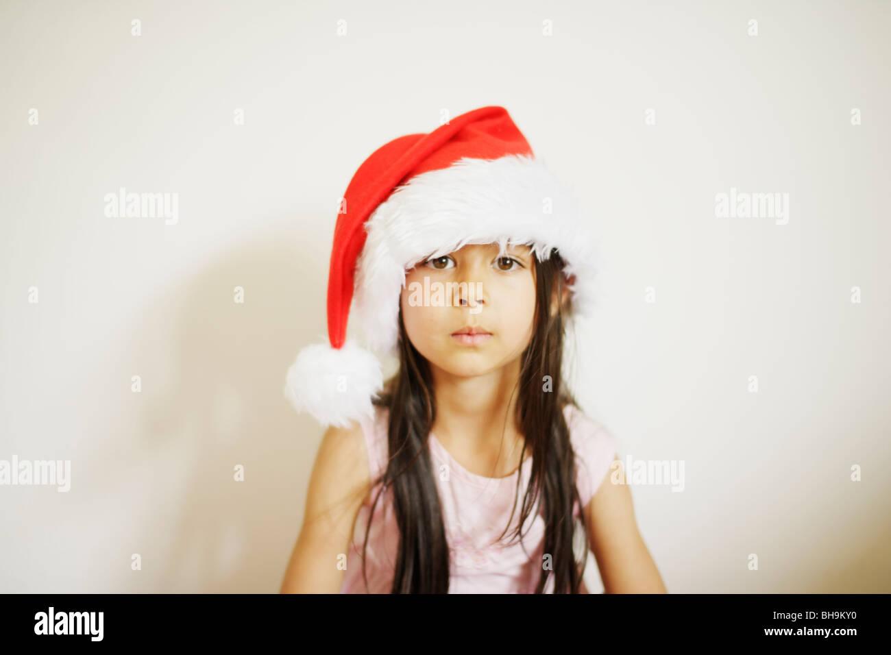 Fillette de six ans with santa hat Banque D'Images