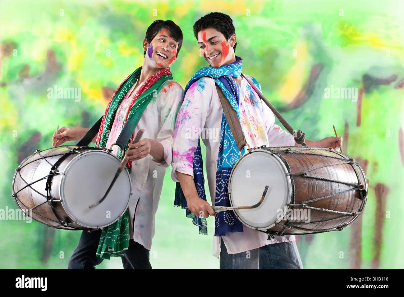 Deux hommes jouant sur dhols Banque D'Images