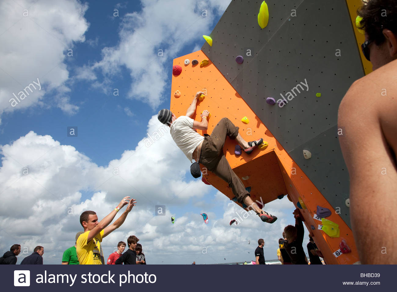 Plage artificielle athletic rock climbing bouldering Benelux Dutch courage nuages Europe endurance musculaire fun Photo Stock