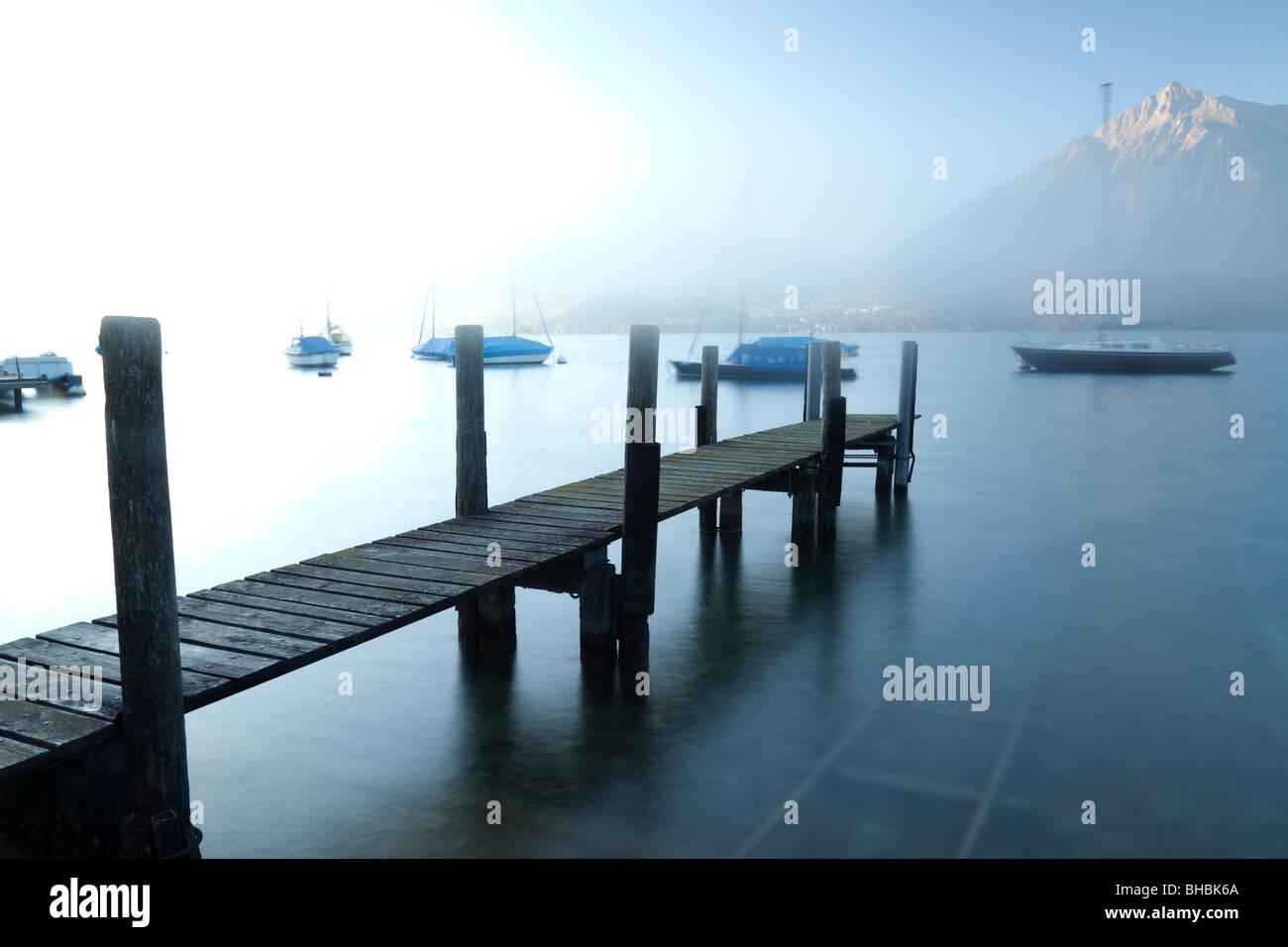 """L'atterrissage sur la jetée en bois 'Le lac de Thoune en Suisse"""" Photo Stock"""
