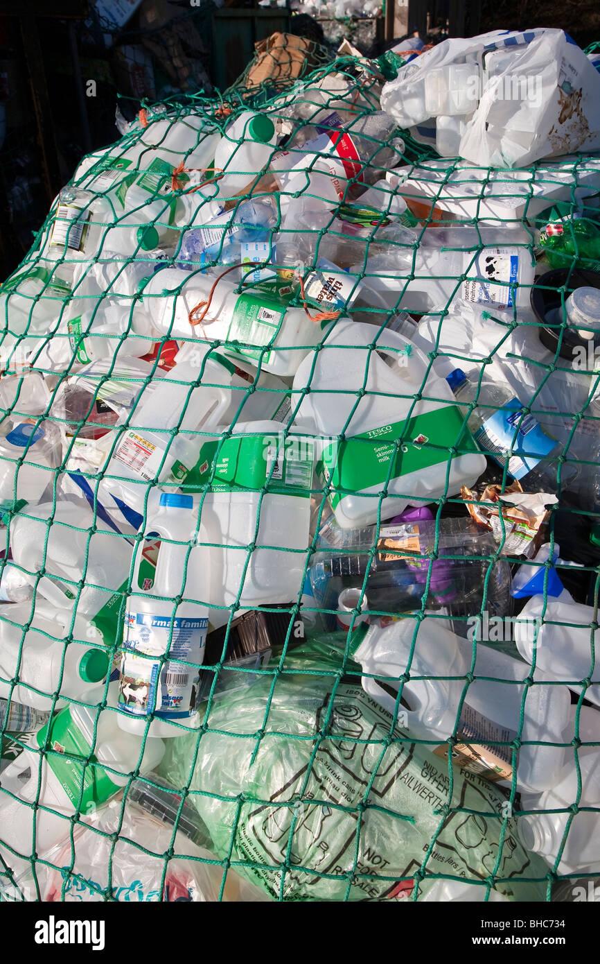 Les déchets en plastique pour le recyclage au poste de collecte de recyclage dans le parc de voiture UK Photo Stock