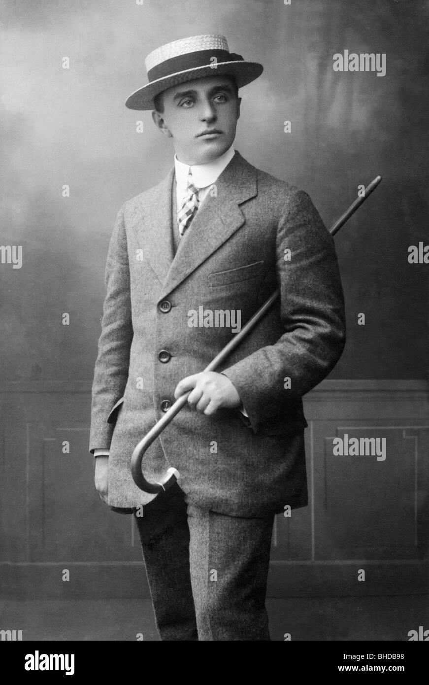 Complètement et à l'extrême Les gens, hommes, portrait / demi-longueur 1900 - 1930, l'homme #QK_59